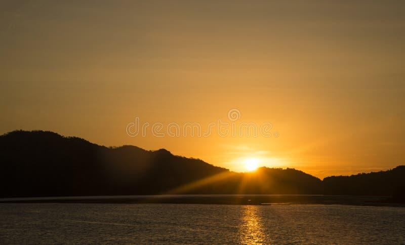 De mooie achtergrond van de zonsondergangaard royalty-vrije stock afbeelding