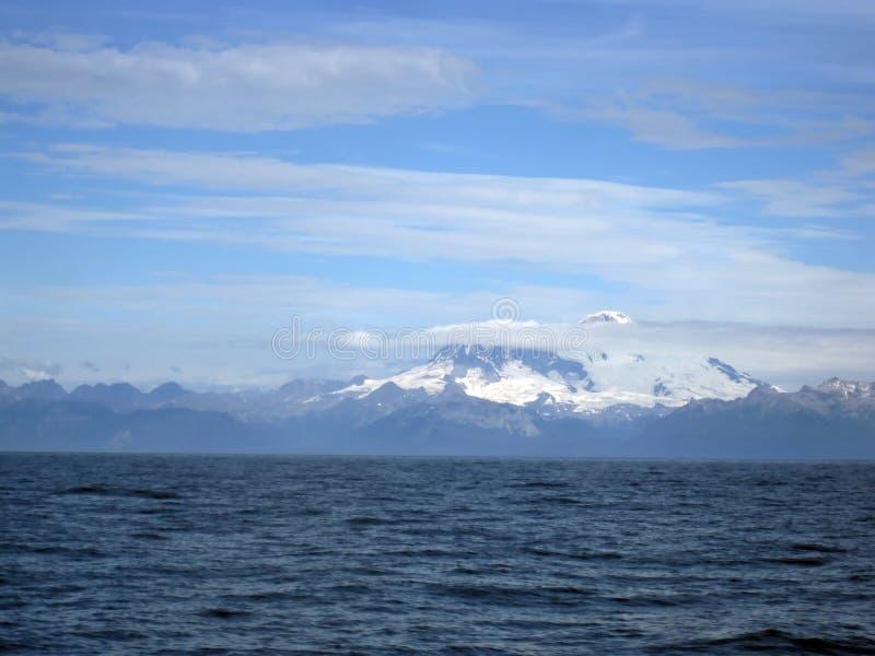 De mooie Afgedekte Sneeuw zet Illiama en Cook Inlet op royalty-vrije stock afbeeldingen