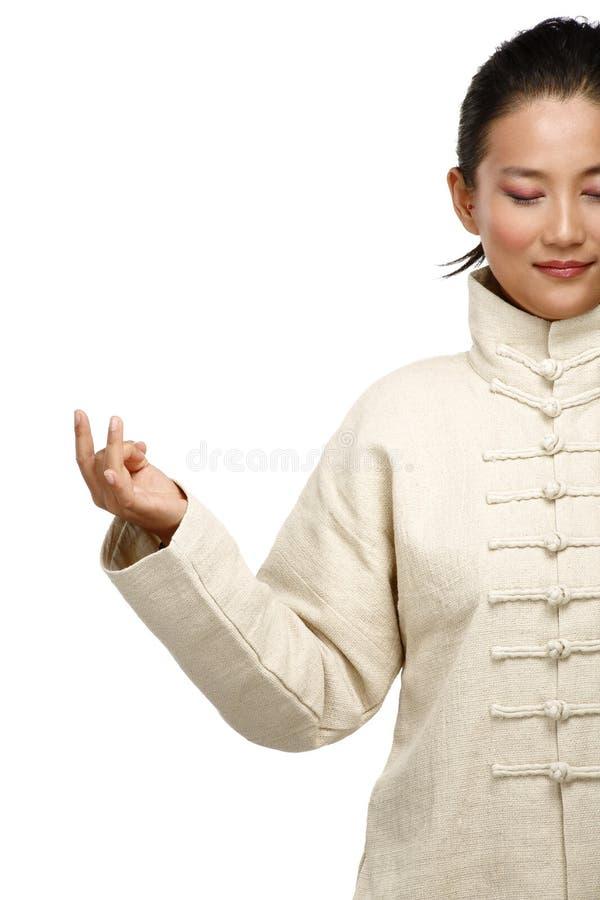 De mooie Aziatische vrouw maakt kungfugebaar royalty-vrije stock afbeeldingen
