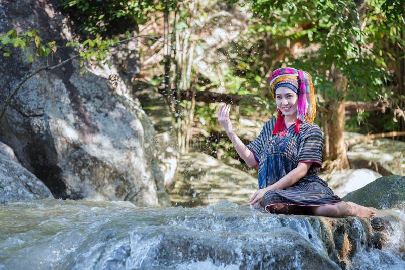 De mooie Aziatische vrouw met Thaise traditionele kleding onderzoekt neemt s stock foto