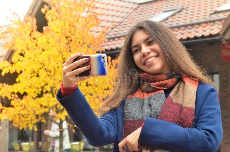 De mooie Aziatische vrouw neemt een selfie royalty-vrije stock afbeelding