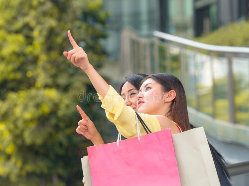 De mooie Aziatische vrouwen stellen een plaats aan het winkelen voor royalty-vrije stock foto