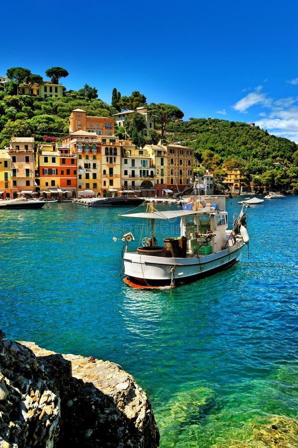 De mooie baai van Portofino, luxehaven met de visserij van schip stock fotografie