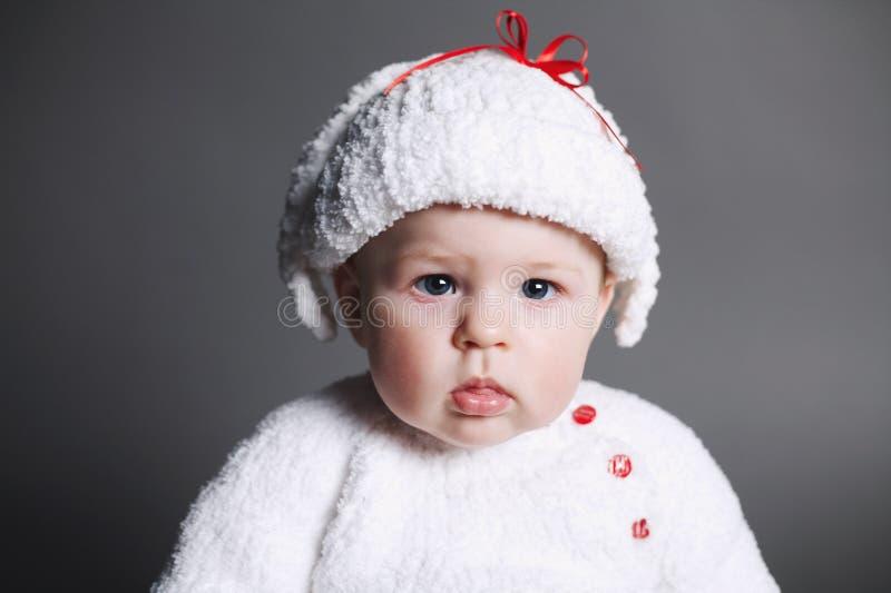De mooie baby in breit kleding en GLB royalty-vrije stock afbeeldingen