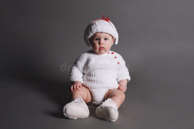 De mooie baby in breit kleding en GLB royalty-vrije stock afbeelding