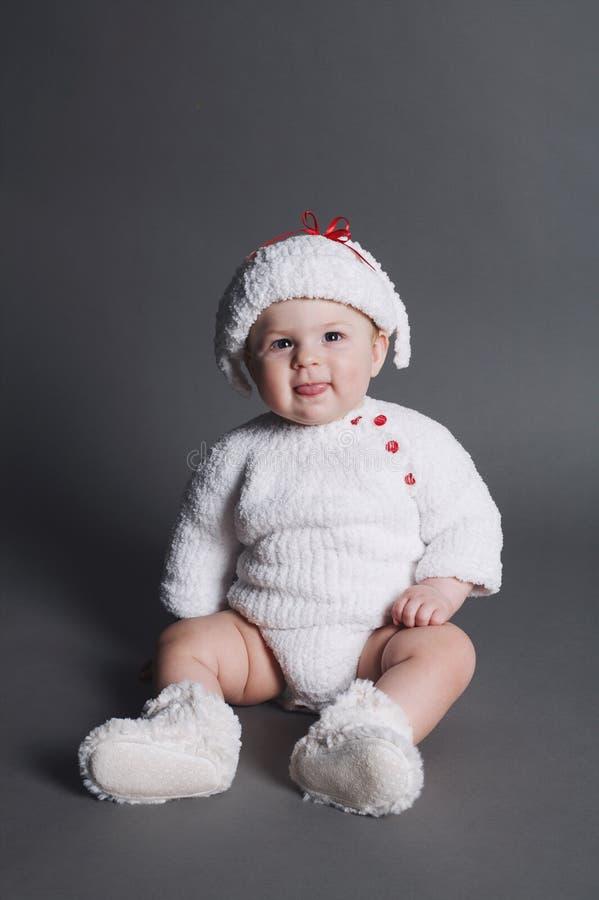 De mooie baby in breit kleding en GLB royalty-vrije stock foto's