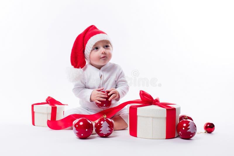 De mooie baby in het Nieuwjaar ` s GLB en wit lichaam zit onder B royalty-vrije stock fotografie