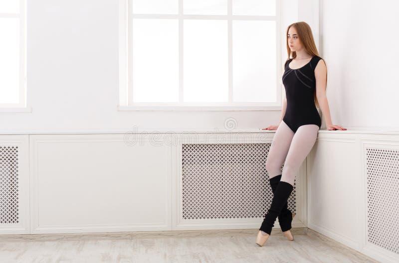 De mooie ballerina bevindt zich dichtbij venster stock afbeeldingen