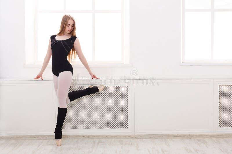 De mooie ballerina bevindt zich dichtbij venster royalty-vrije stock fotografie