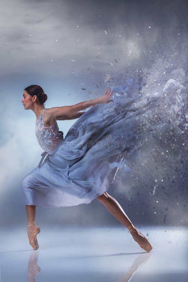 De mooie ballerina die in blauwe lange kleding dansen stock fotografie