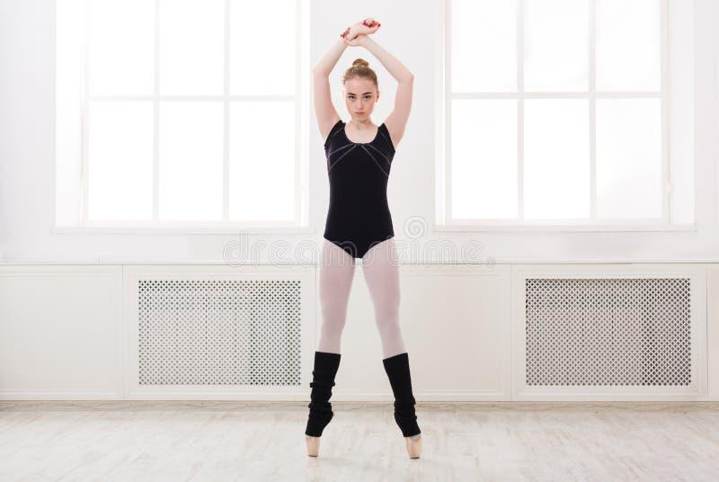 De mooie ballerinatribunes in ballet croise royalty-vrije stock fotografie