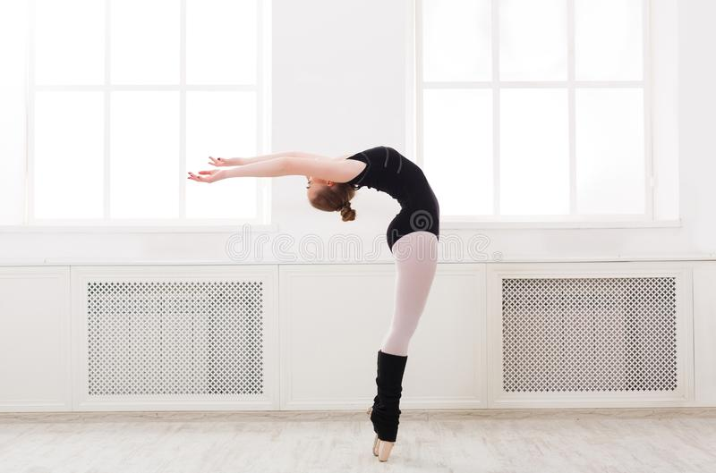 De mooie ballerinatribunes in ballet croise stock afbeelding