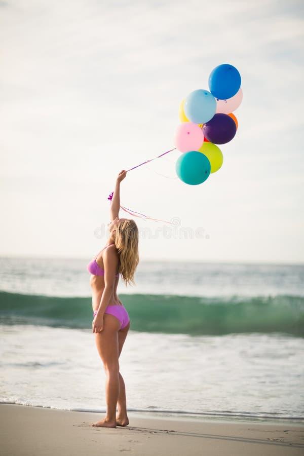 De mooie ballon van de vrouwenholding stock afbeeldingen