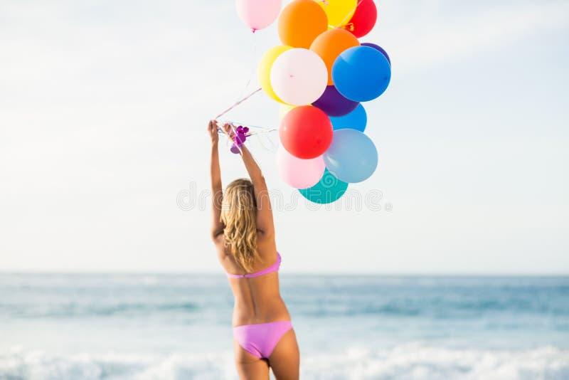 De mooie ballon van de vrouwenholding royalty-vrije stock foto