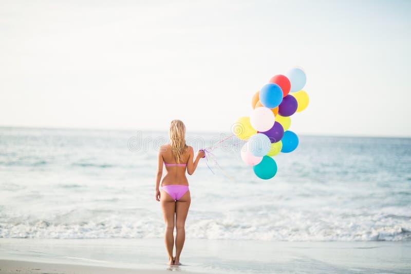 De mooie ballon van de vrouwenholding stock foto