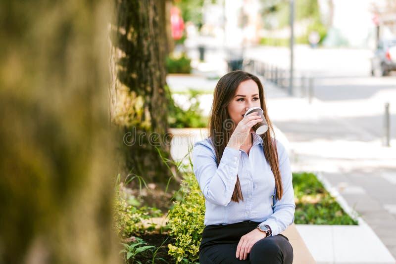 De mooie bedrijfsvrouw drinkt koffie om te gaan royalty-vrije stock fotografie