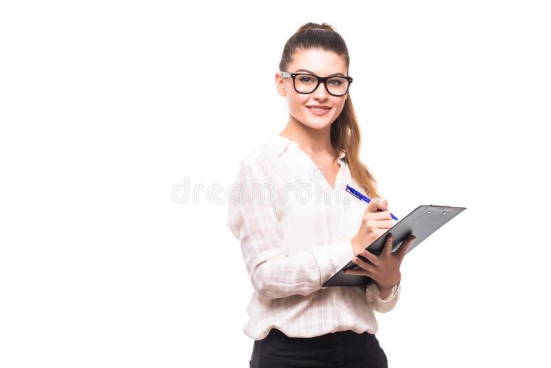 De mooie bedrijfsvrouw maakt nota's geïsoleerd over haar klembord royalty-vrije stock foto's