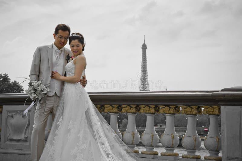 De mooie beelden van het het paarhuwelijk van Azië op Pont Alexandre III brug in Parijs stock foto