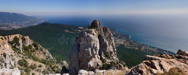De mooie bergen zetten dichtbij Ai Petri met een mening van Yalta op r stock foto's