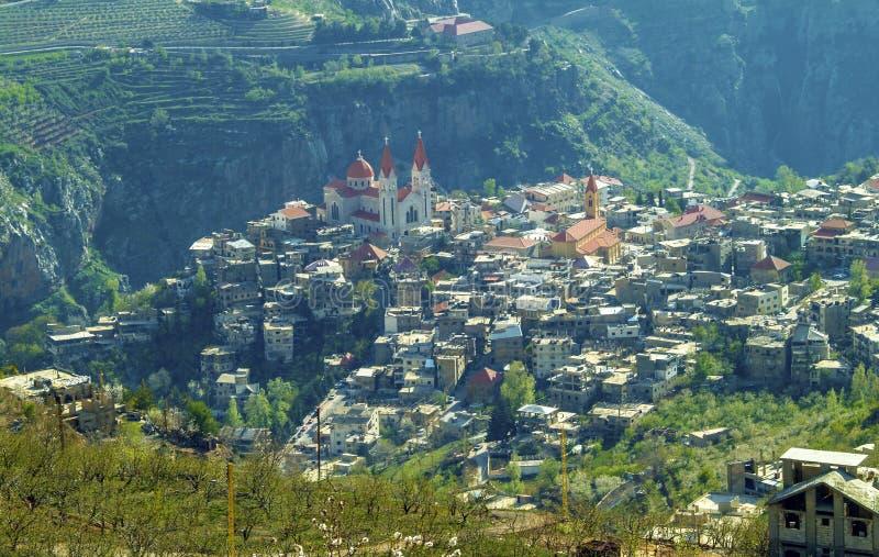 De mooie bergstad van Bcharre in Libanon royalty-vrije stock afbeelding