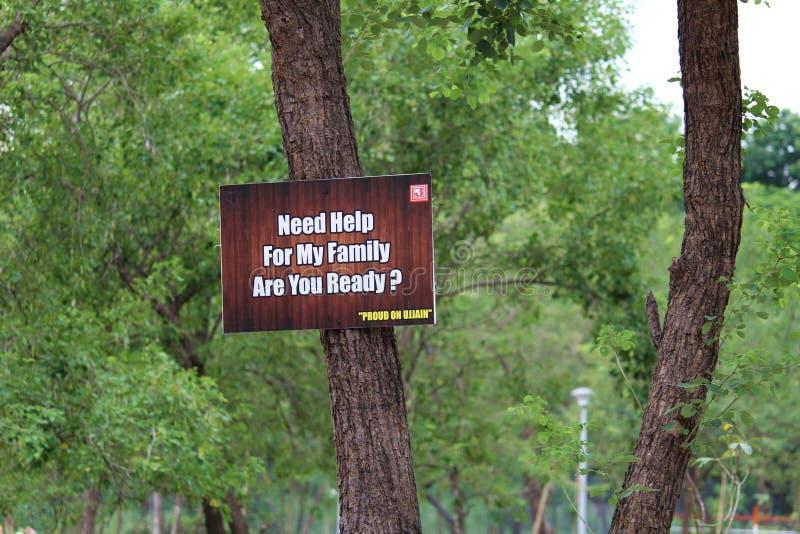 De mooie Berichtraad ` sparen Bomen redt Lifes royalty-vrije stock afbeelding