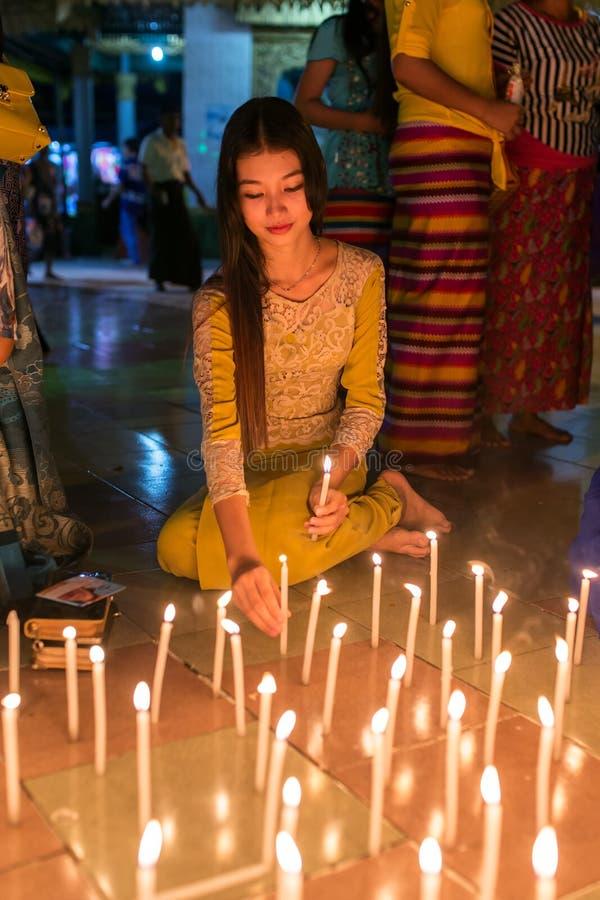 De mooie Birmaanse kaarsen van de vrouwenbrand in boeddhistische tempel tijdens Thadingyut of Verlichtingsfestival in Mawlamyine, stock afbeelding
