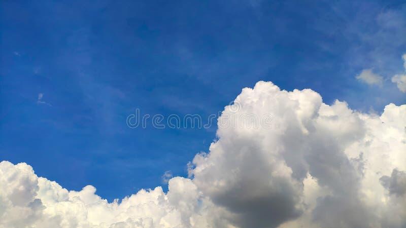 De mooie blauwe hemel en de grote witte cumulus betrekken, zachte nadruk, achtergrond royalty-vrije stock afbeelding