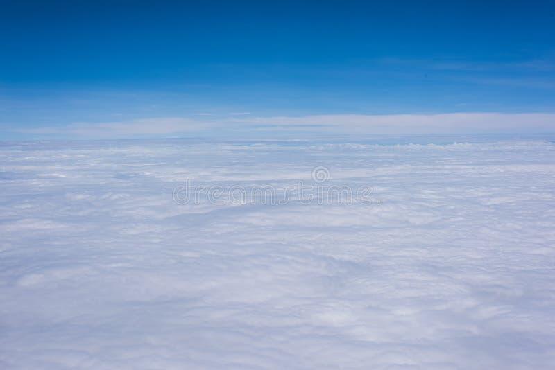 De mooie blauwe hemel en het wit konden royalty-vrije stock fotografie