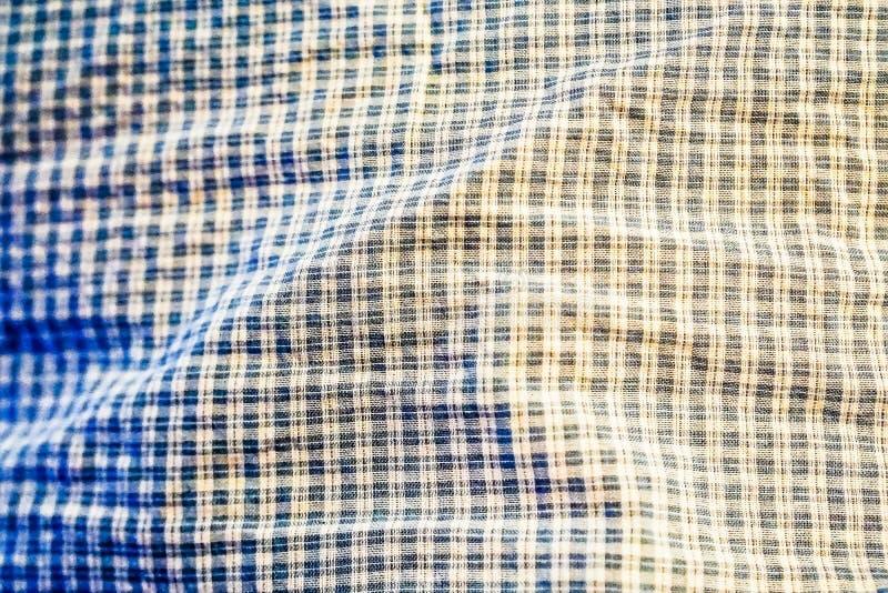 De mooie blauwe stof heeft een vierkant of een plaidpatroon stock foto's