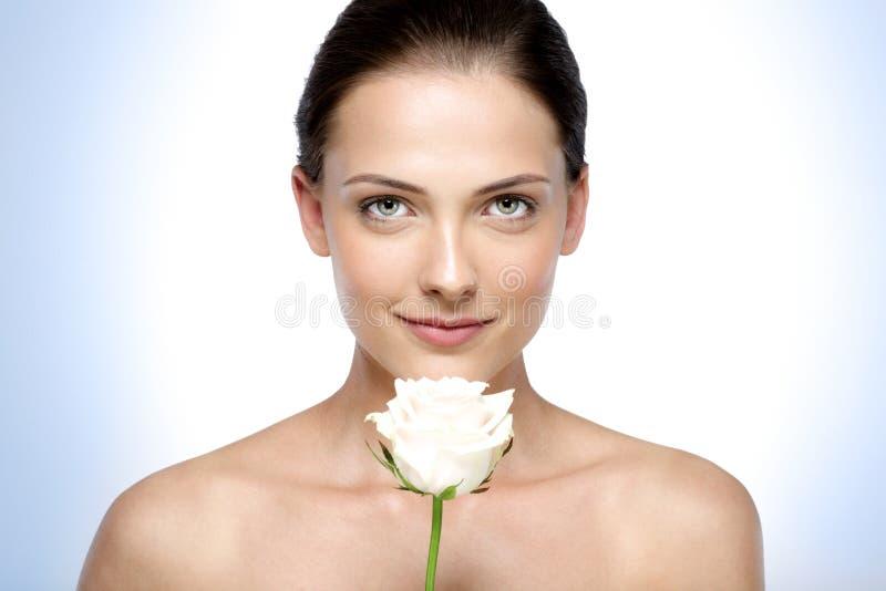 De mooie bloem van de vrouwenholding royalty-vrije stock afbeeldingen