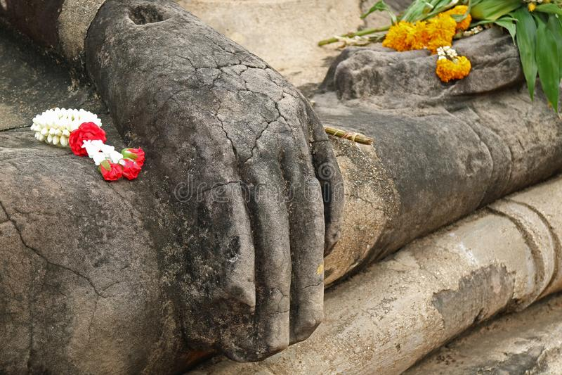 De mooie Bloemslingers op het Beeld van Boedha omwikkelen en overhandigen, Wat Mahathat Temple, de Archeologische plaats van Ayut stock fotografie