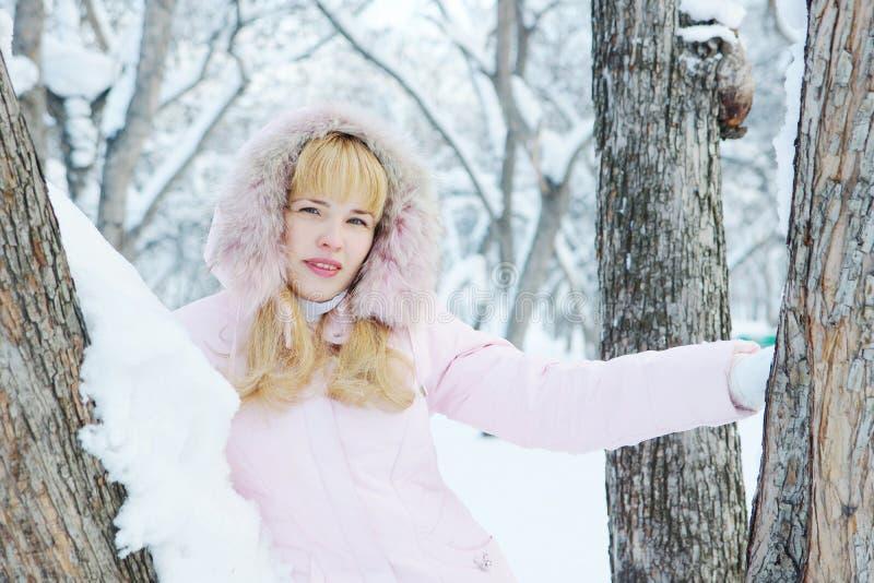 De mooie blonde jonge vrouw heeft in openlucht een rust in de winter royalty-vrije stock foto