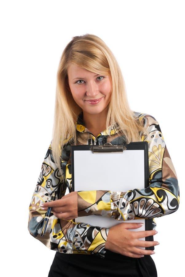 De mooie blonde toont een leeg klembord royalty-vrije stock foto