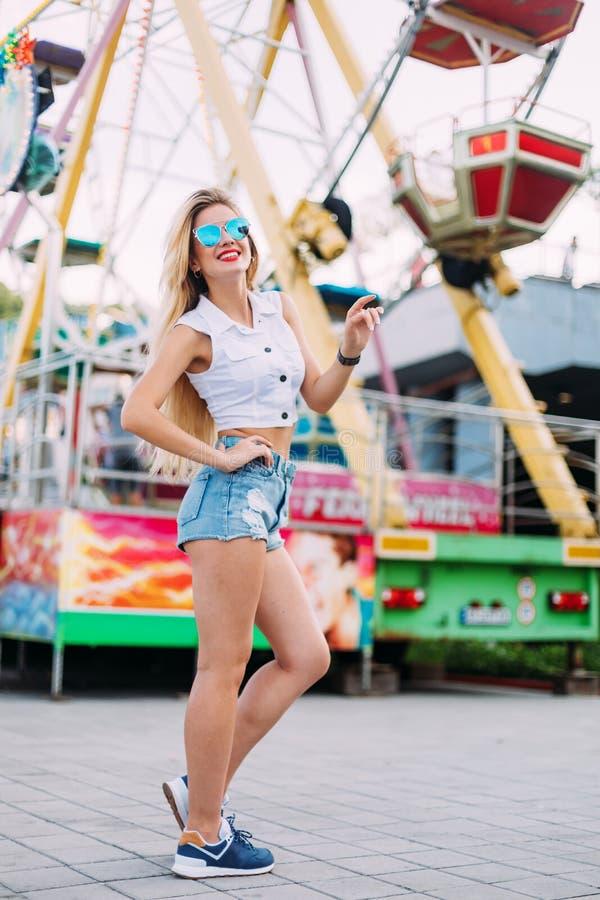 De mooie blondevrouw die het portret van het zonnebrilclose-up van een jong sexy meisje hipster op de de Straatmanier van de park royalty-vrije stock fotografie