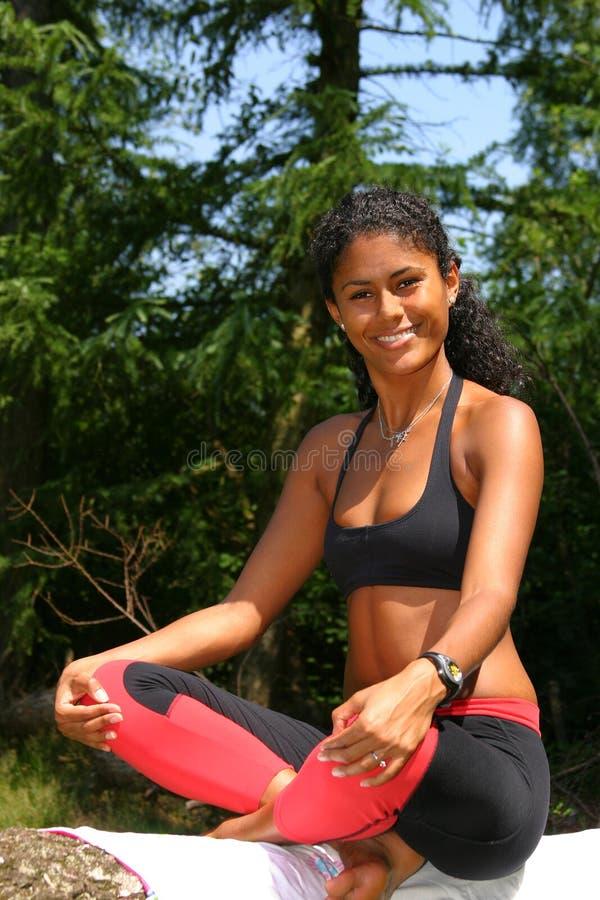 De mooie Braziliaanse vrouw in yoga stelt royalty-vrije stock foto