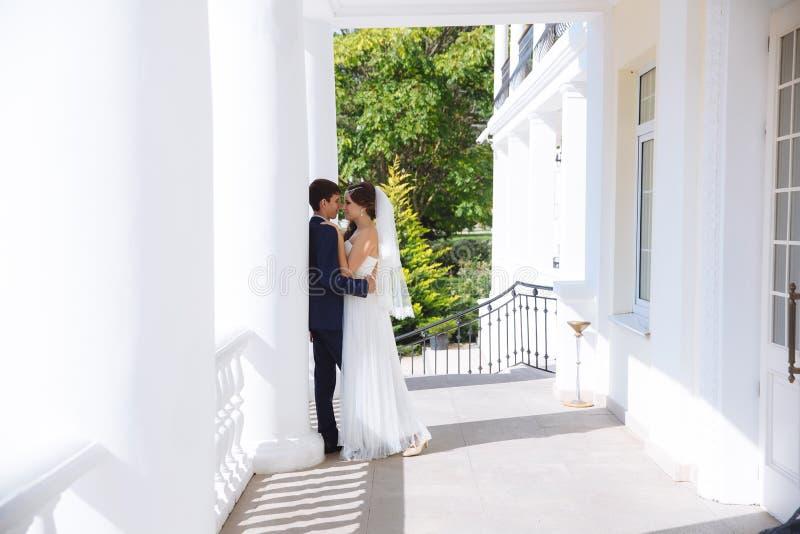 De mooie bruid is gekleed in een Griekse stijlkleding, is haar haar verfraaid met parels, houdt zij een schrijver uit de klassiek royalty-vrije stock afbeelding