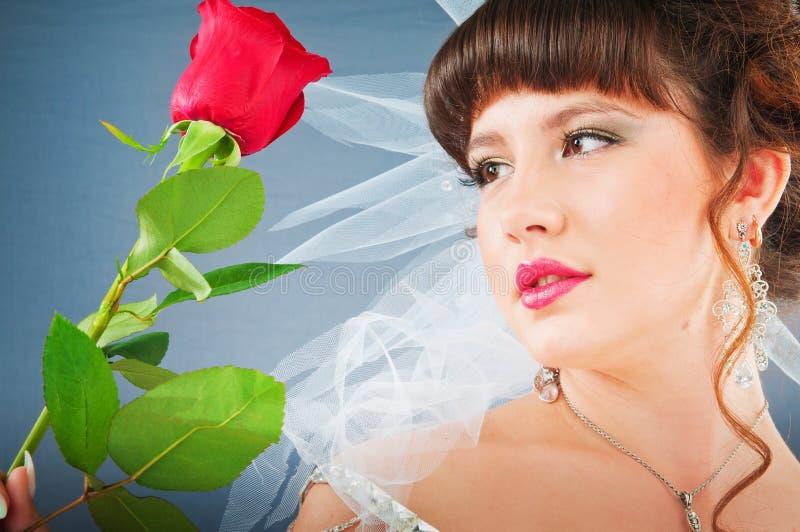 De mooie bruid met nam in studio toe royalty-vrije stock foto