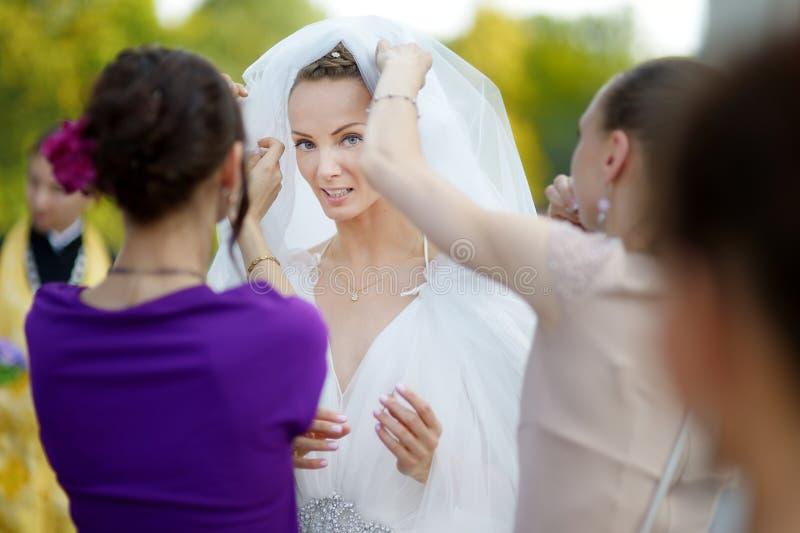 De mooie bruid in openlucht vóór huwelijk royalty-vrije stock afbeeldingen