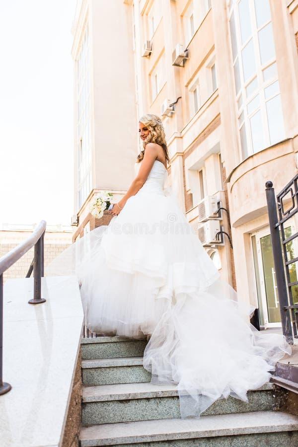 De mooie bruid in prachtige kleding bevindt zich alleen royalty-vrije stock afbeeldingen