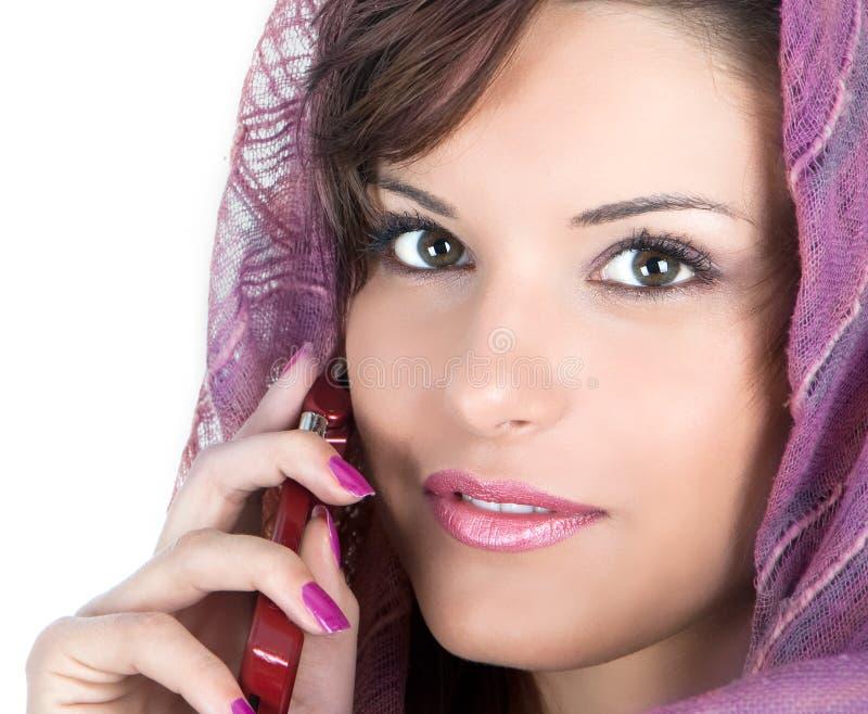 De mooie brunette met sjaal maakt een telefoongesprek royalty-vrije stock afbeeldingen