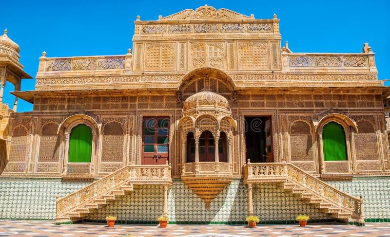 De mooie buitenkant van Mandir-Paleis in Jaisalmer, Rajasthan, India Jaisalmer is een zeer populaire toeristenbestemming in Rajas stock fotografie