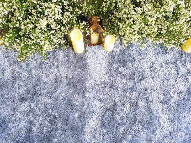 De mooie ceremonie van het decoratiehuwelijk met snijdersbloemen, mat, kandelaar en de kaarsen stock afbeelding