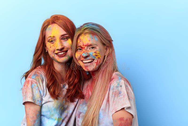 De mooie charmante meisjes hebben festival van kleuren bijgewoond royalty-vrije stock fotografie