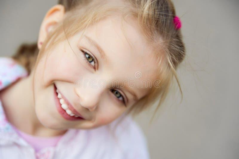 De mooie close-up van het liitlemeisje stock fotografie