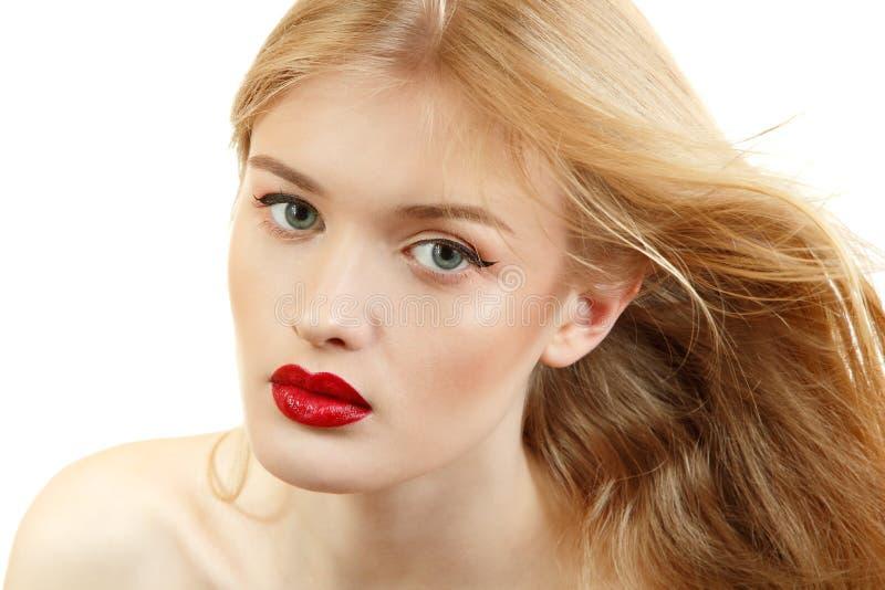 De mooie close-up van het vrouwengezicht met lang blond vliegend haar en viv royalty-vrije stock afbeelding