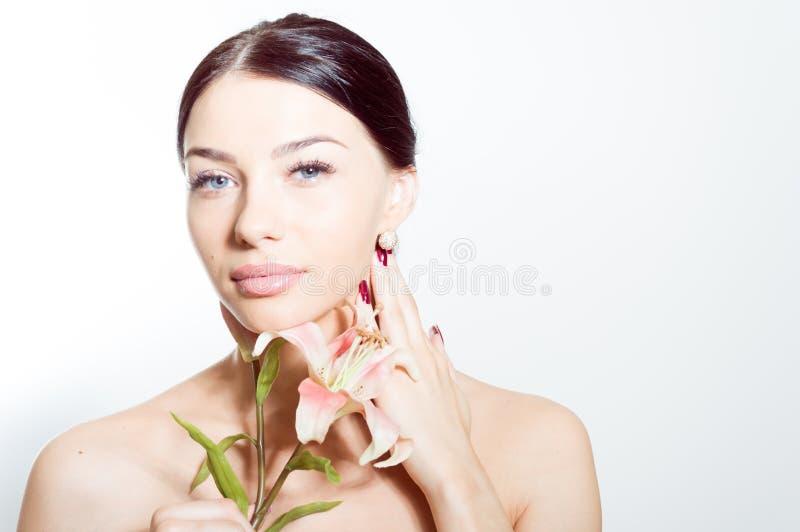 De mooie dame met lilly bloeit Perfecte huid stock afbeeldingen