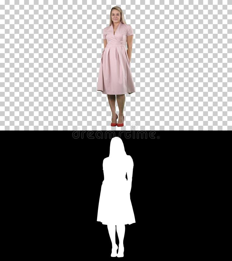 De mooie dame in roze kleding strijkt, Alpha Channel glad royalty-vrije stock afbeeldingen