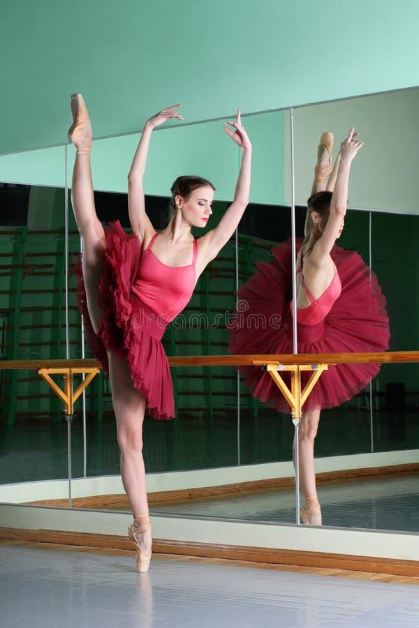 De mooie dansersballerina doet oefeningen royalty-vrije stock afbeelding