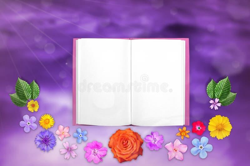 De mooie decoratie bloeit kader met blocnote in centrum op purpere gekleurde hemel met wolkenachtergrond Bloemensamenstelling van royalty-vrije stock foto