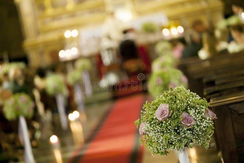De mooie decoratie van het bloemhuwelijk in een kerk stock foto